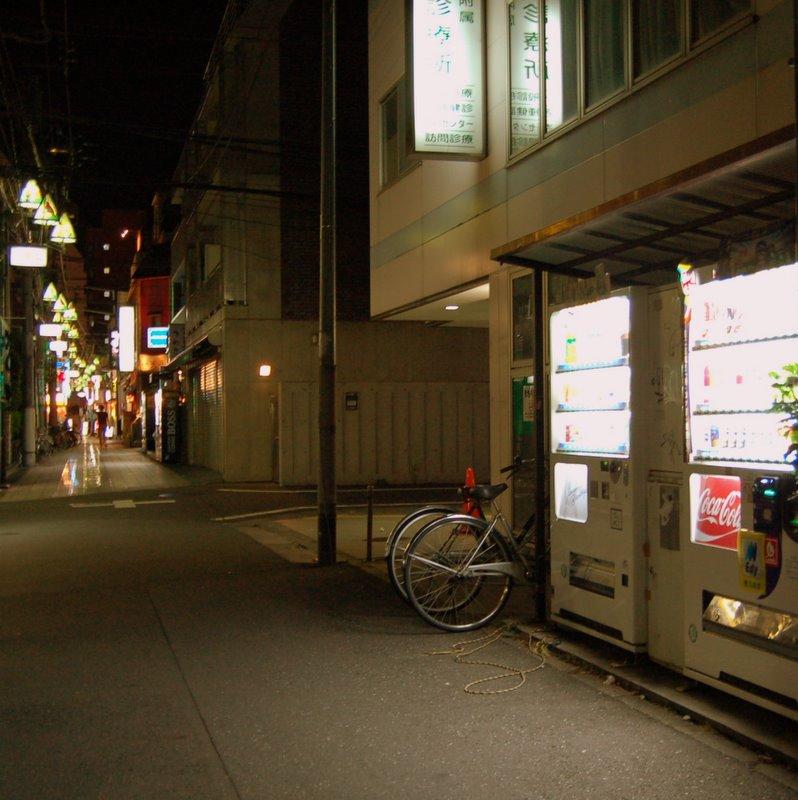 http://www.yearofnoflying.com/2009/10/15/Tokyo%20streetside%20vending%20machines.JPG